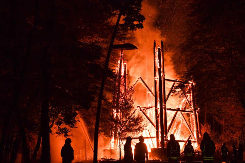 Brandstiftung? Goetheturm abgefackelt und zusammengestürzt