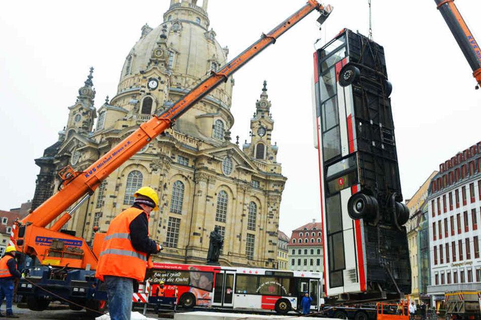Das Kunstwerk wird statisch eine Herausforderung. Denn schließlich dürfen die Busse nicht umkippen.