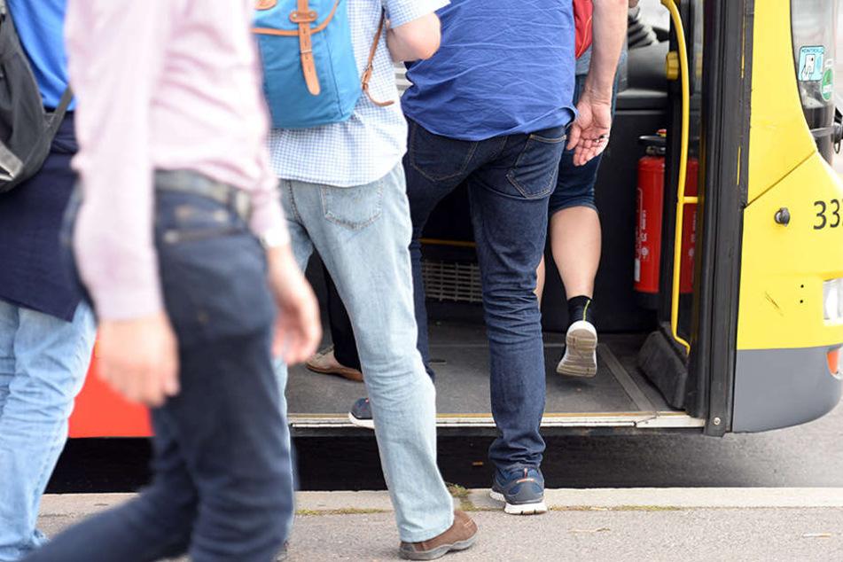 Schwer verletzt! Mann stürzt unter Bus und wird eingeklemmt