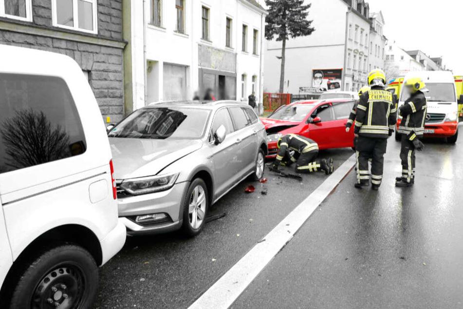 Der VW krachte in mehrere geparkte Autos.