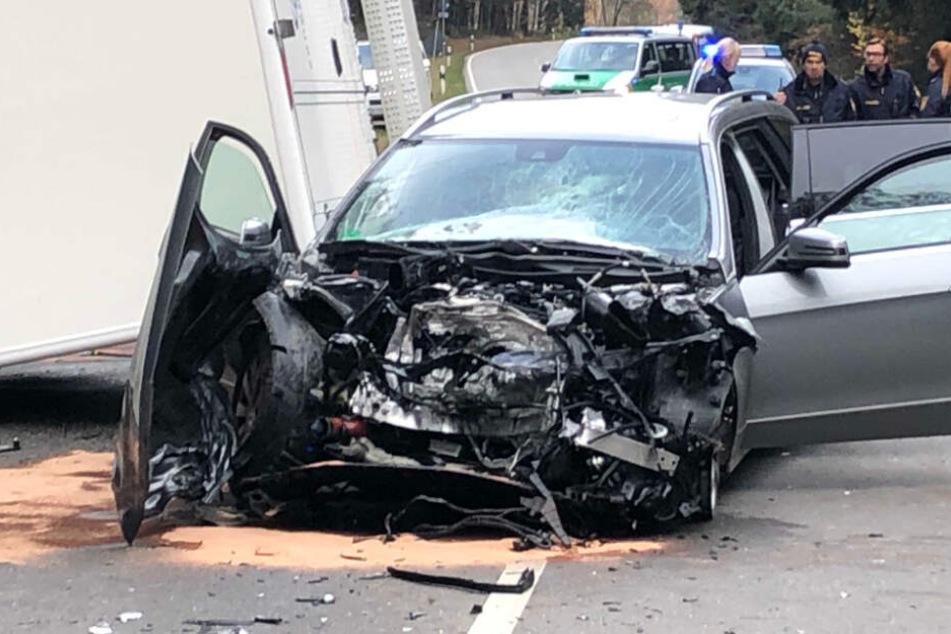 Der Mercedes ist bei dem Unfall in Bayern schwer beschädigt worden.