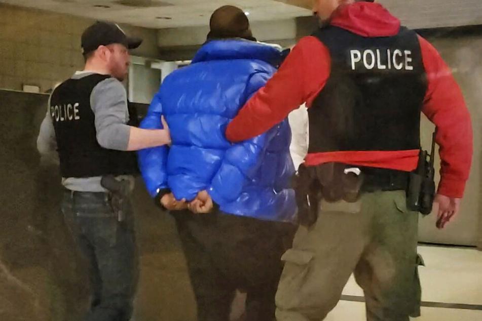 Das Video-Standbild zeigt, wie R&B-Sänger R. Kelly von Polizisten abgeführt wird.
