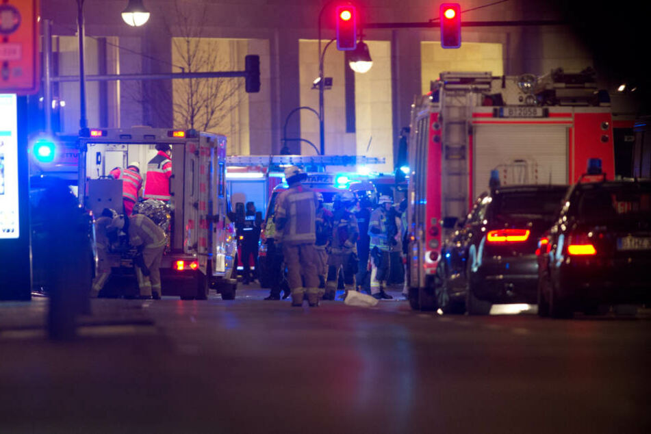 Rettungskräfte kümmern sich um die vielen Verletzten auf dem Weihnachtsmarkt.