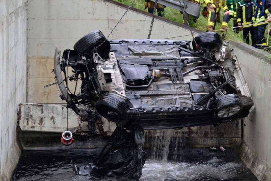 Auto stürzt in Rückhaltebecken und versinkt: 26-Jähriger stirbt