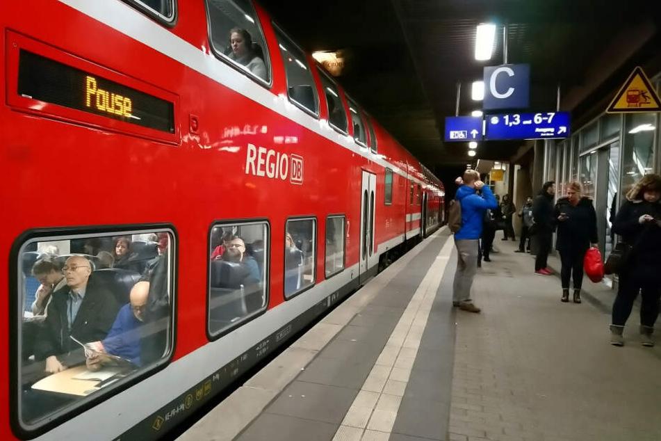 Eine Regionalbahn mit Fahrgästen steht im Bahnhof. (Symbolbild)