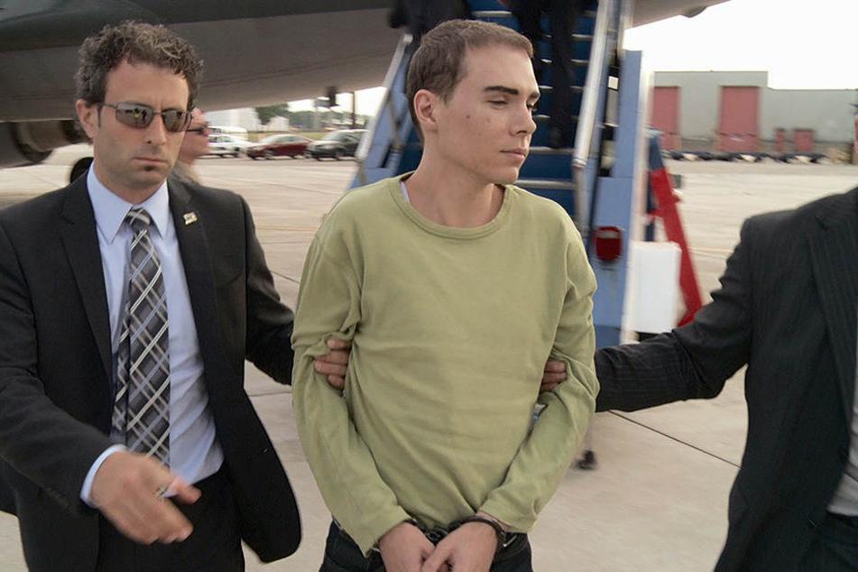 Luka Magnotta (34) bei seiner Überführung. Er wurde nach seiner Flucht in Berlin-Neukölln geschnappt