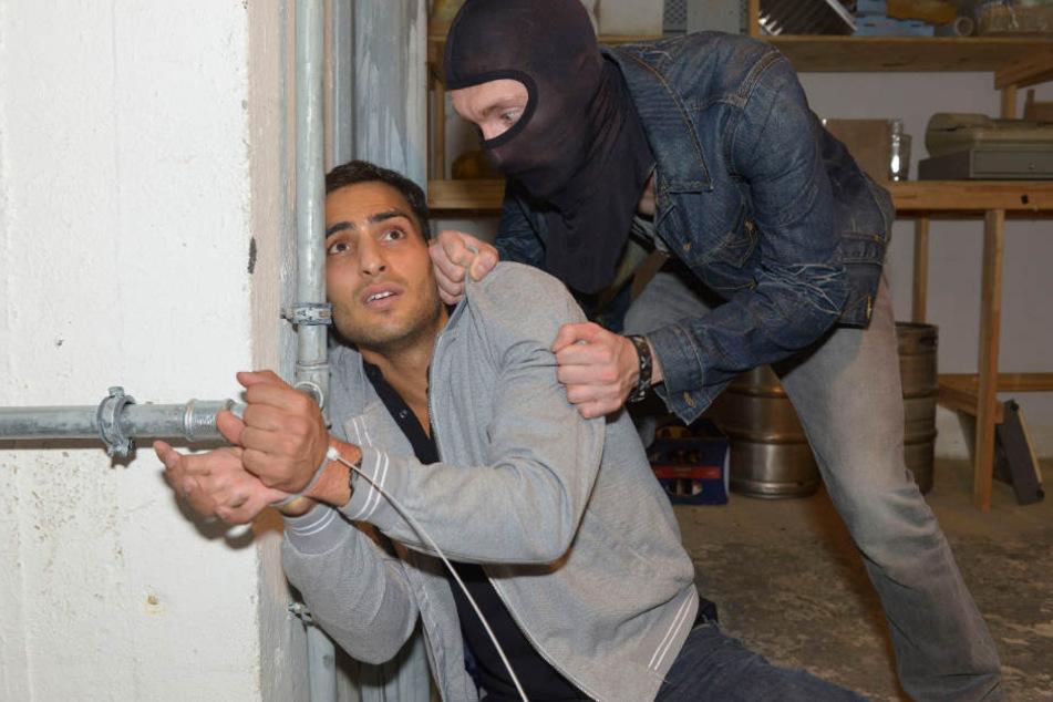 Nihat Güney (Timur Ülker, l.) versucht bei seinem Entführer Andy Schulz (Philipp Droste) Zeit zu gewinnen.