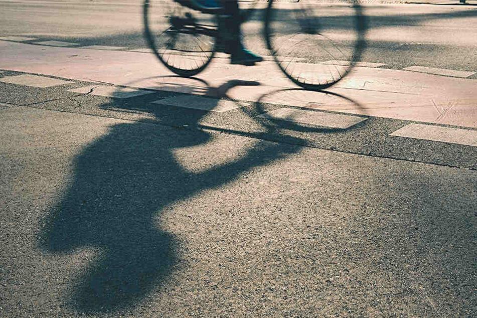 Statt der 26-Jährigen Platz zu machen, zogen die fünf Männer sie vom Fahrrad. (Symbolbild)