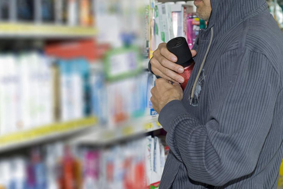 Gleich in mehreren Geschäften machten sich die Diebe die Taschen voll. (Symbolbild)