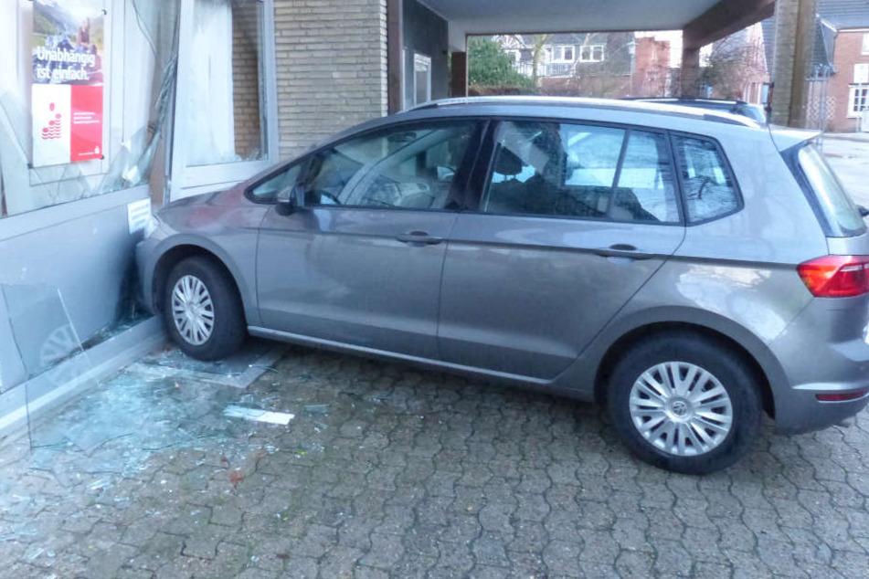 Der Rentner krachte mit seinem Auto gegen die Wand der Sparkasse.