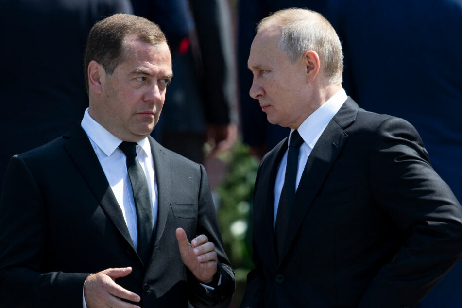 Wladimir Putin (67, r.) und Dmitri Medwedew (54) im Gespräch.