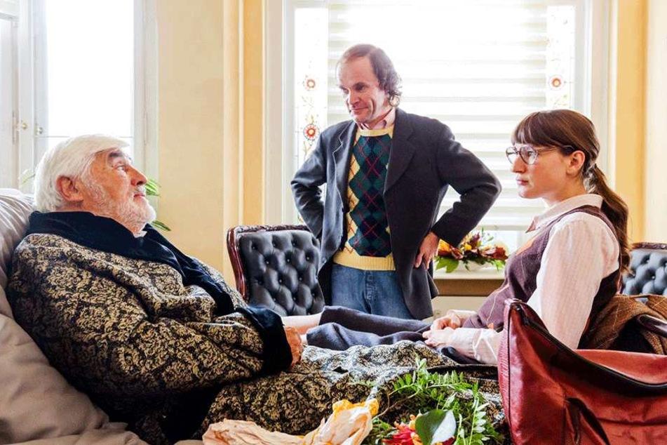 Olaf stellt seinem Vati (Mario Adorf, 86) die neue Flamme Pamela (Marie Leuenberger, 36) vor.