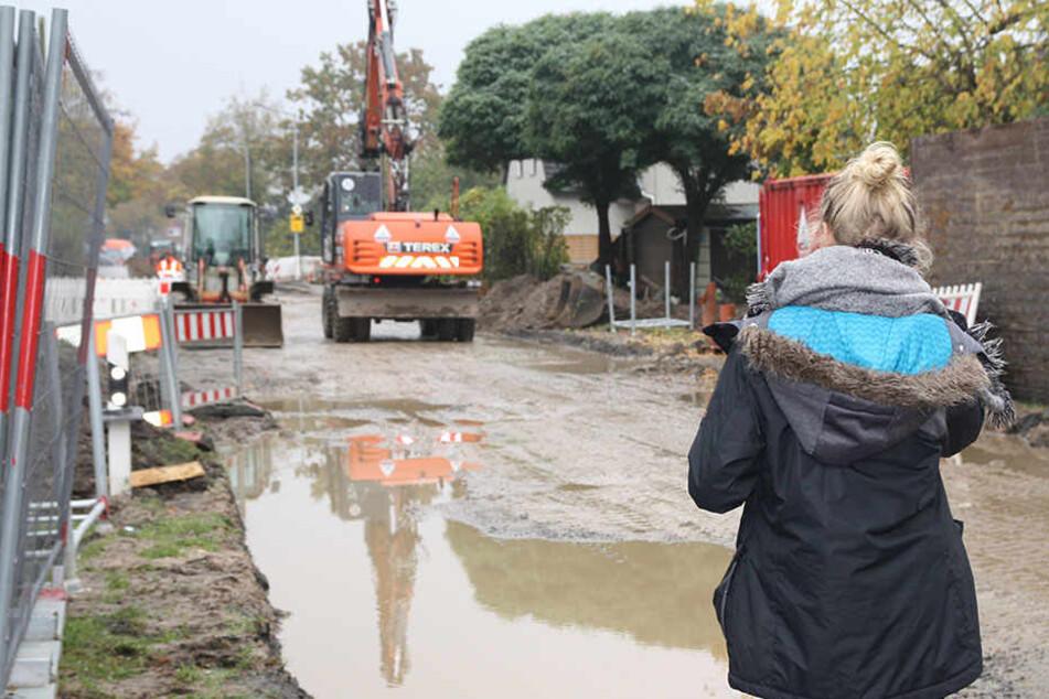 Für die Anwohner ist es kaum vorstellbar, dass hier bis Dezember eine neue Fahrbahn entstehen soll.