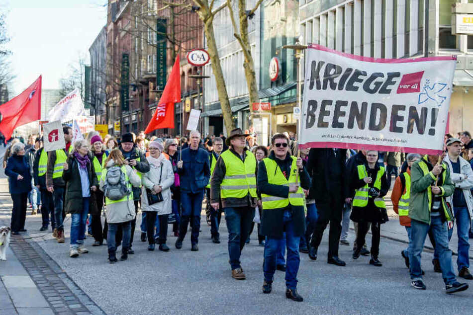 """Rund 140 Menschen haben sich in Hamburg an der Kundgebung von """"Aufstehen"""" beteiligt."""