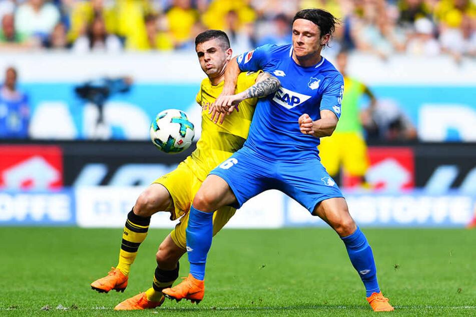 Der BVB soll großes Interesse am deutschen Nationalspieler Nico Schulz (r.) von der TSG 1899 Hoffenheim haben.