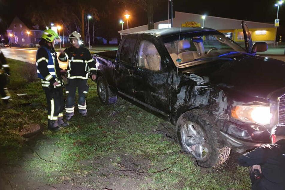 Dodge Pick-up kippt auf B5 um: Kind bei Unfall verletzt