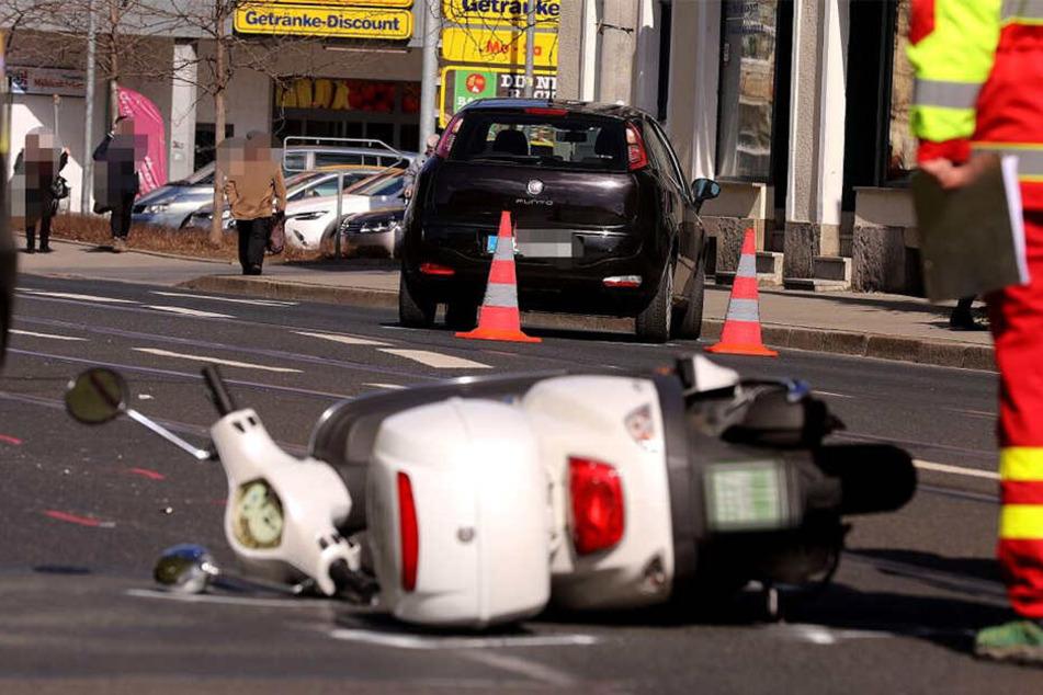 Übler Crash: Motorroller und Auto krachen in Pieschen zusammen