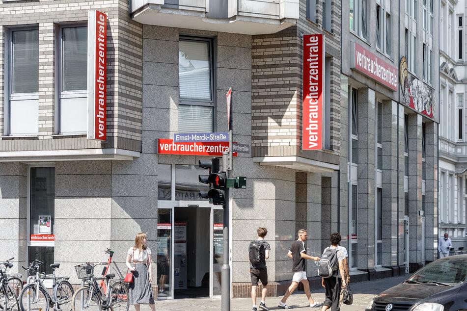 """Schriftzüge mit der Aufschrift """"Verbraucherzentrale"""" sind an der Außenfassade der Verbraucherzentrale Hamburg angebracht."""