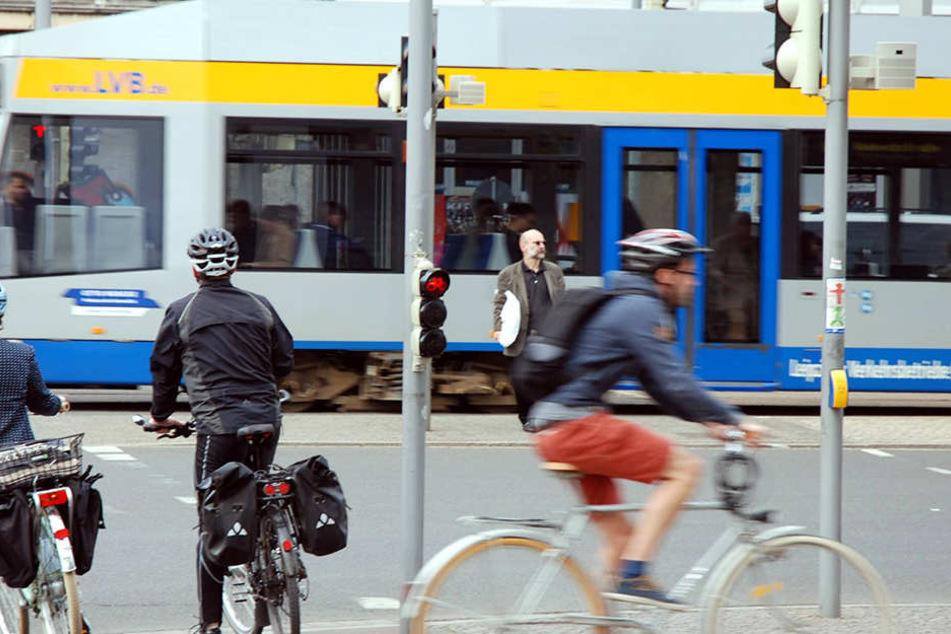 Mehrere junge Leute sind in einer Leipziger Straßenbahn auf ein Pärchen losgegangen (Symbolbild).