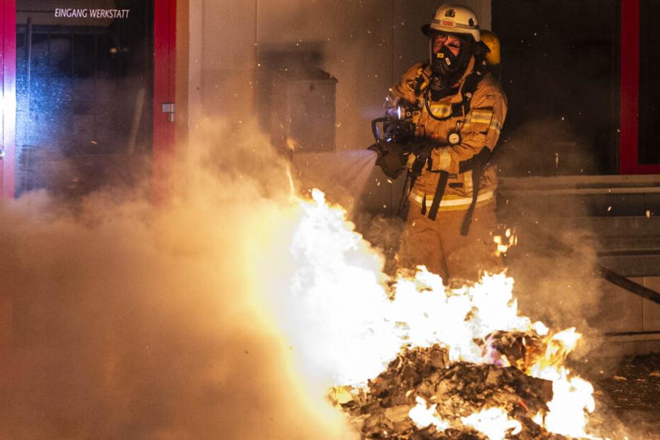 Außerdem brannten Mülltonnen und Holzpaletten.