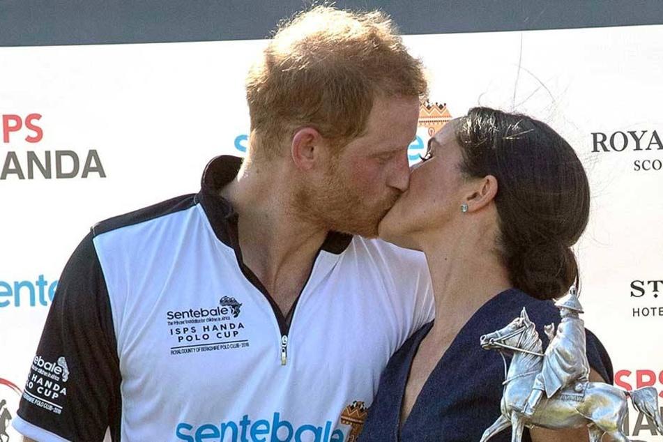 Das muss Liebe sein: Harry und Meghan geben sich am Rande eines Poloturniers einen dicken Schmatzer in aller Öffentlichkeit.