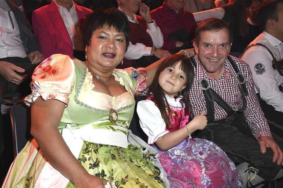 Narumol (52) mit ihrer Tochter Jorafina (6) und ihrem Mann Josef (57).