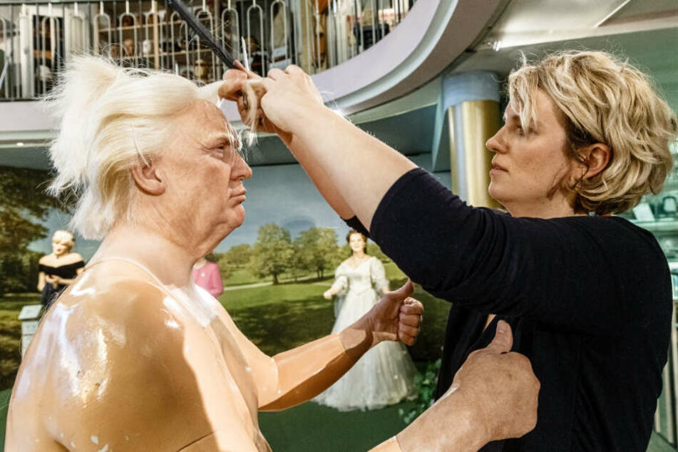 Bei der jährlichen Putzaktion ordnet Maskenbildnerin Henriette Masmeier die Haare der Puppe des amerikanischen Präsidenten Donald Trump neu.