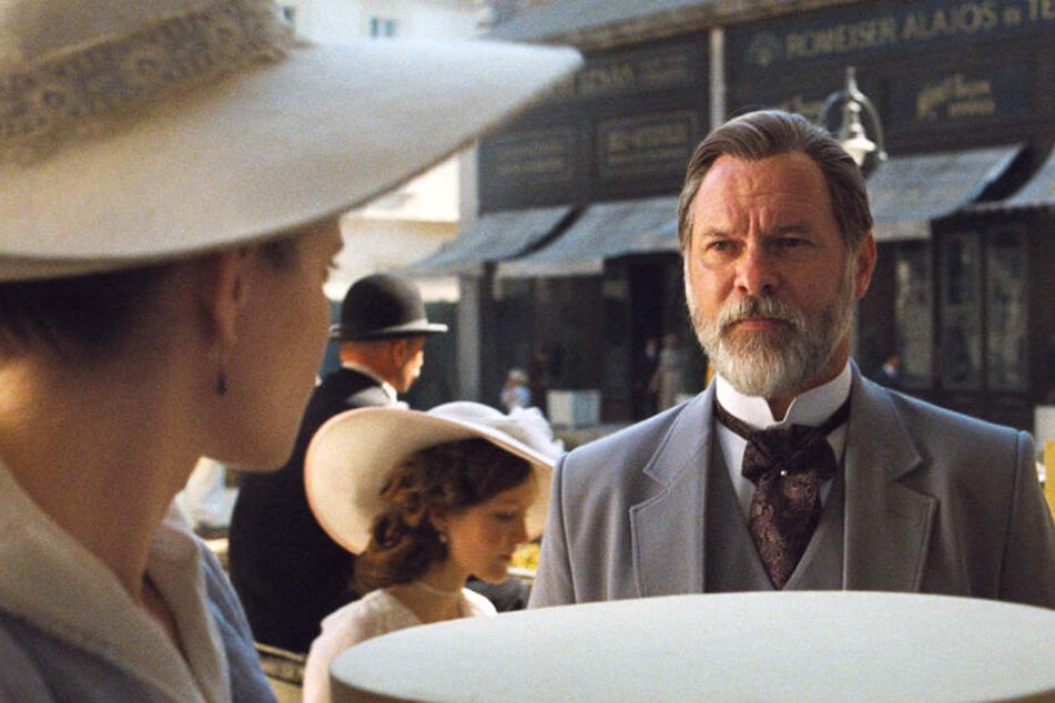 Oskar Brill (Vlad Ivanov) gewährt Iris Leiter (Juli Jakab) in dem vornehmen Haus Unterkunft.