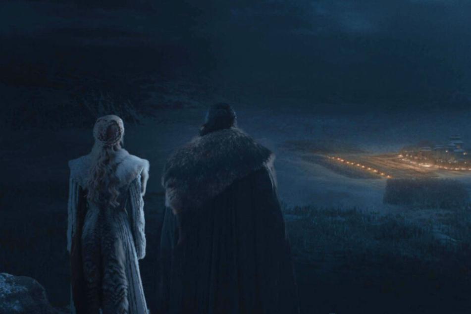 Daenerys (l., Emilia Clarke) und Aegon Targaryen (Kit Harington) beobachten die Dothraki, die in die Finsternis reiten.