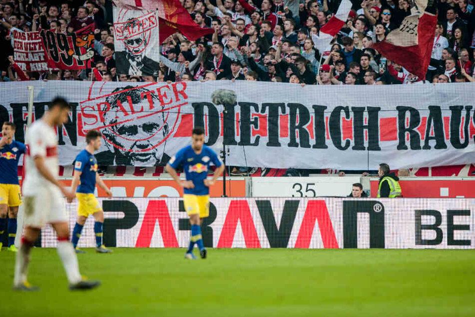 """Die VfB-Fans skandieren """"Dietrich raus!"""" mit einem Banner beim Heimspiel gegen RB Leipzig."""