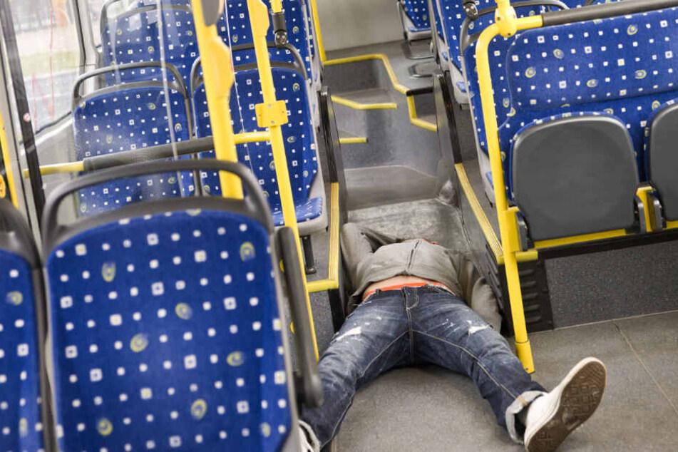 Mann schläft betrunken in Linienbus ein und findet sich in misslicher Lage wieder