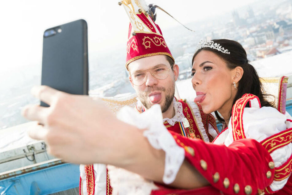 Prinz Christan I. und Jule I. machen noch schnell ein Selfie über Erfurts Dächern.