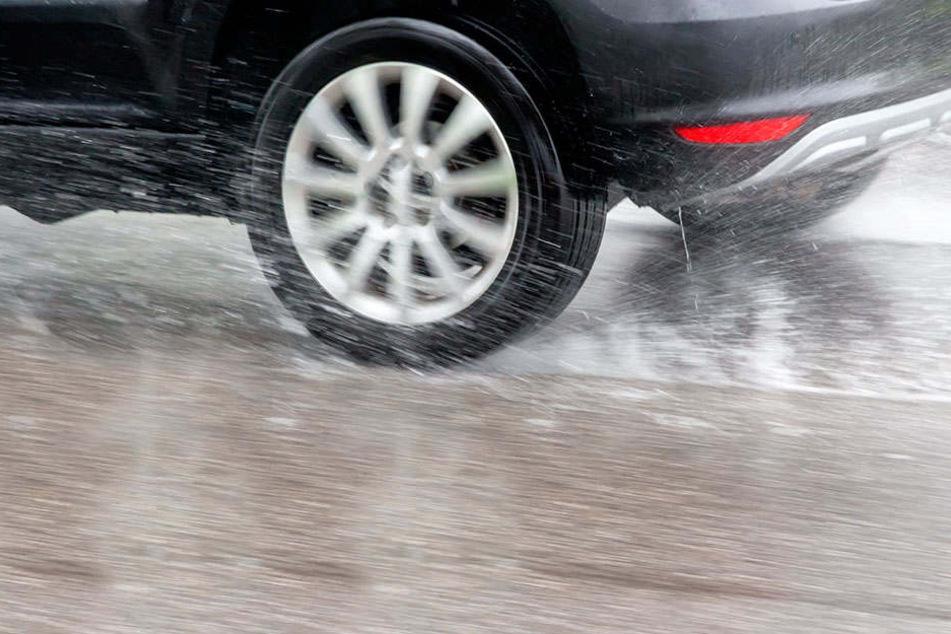 Auf regennasser Fahrbahn verlor die 52-Jährige die Kontrolle über ihren Wagen.