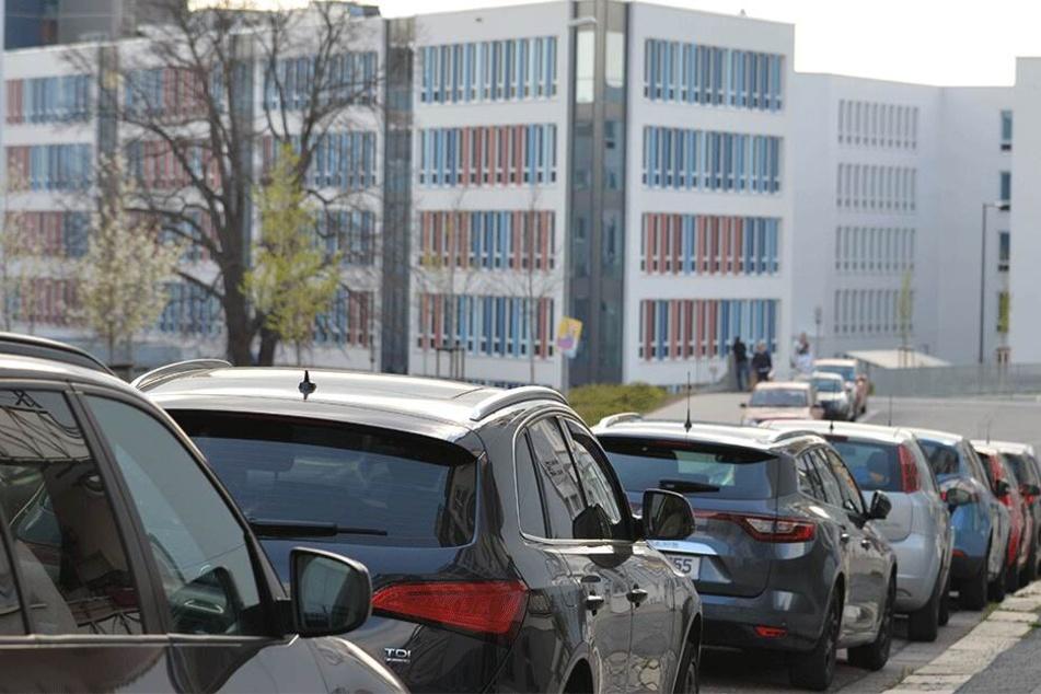 Alles voll in der Sonnenstraße: Für die Anwohner eine Folge des neuen Technischen Rathauses.