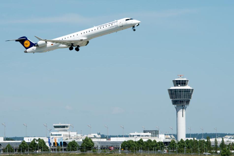 Eine Maschine der Lufthansa startet am Flughafen München. (Symbolbild)