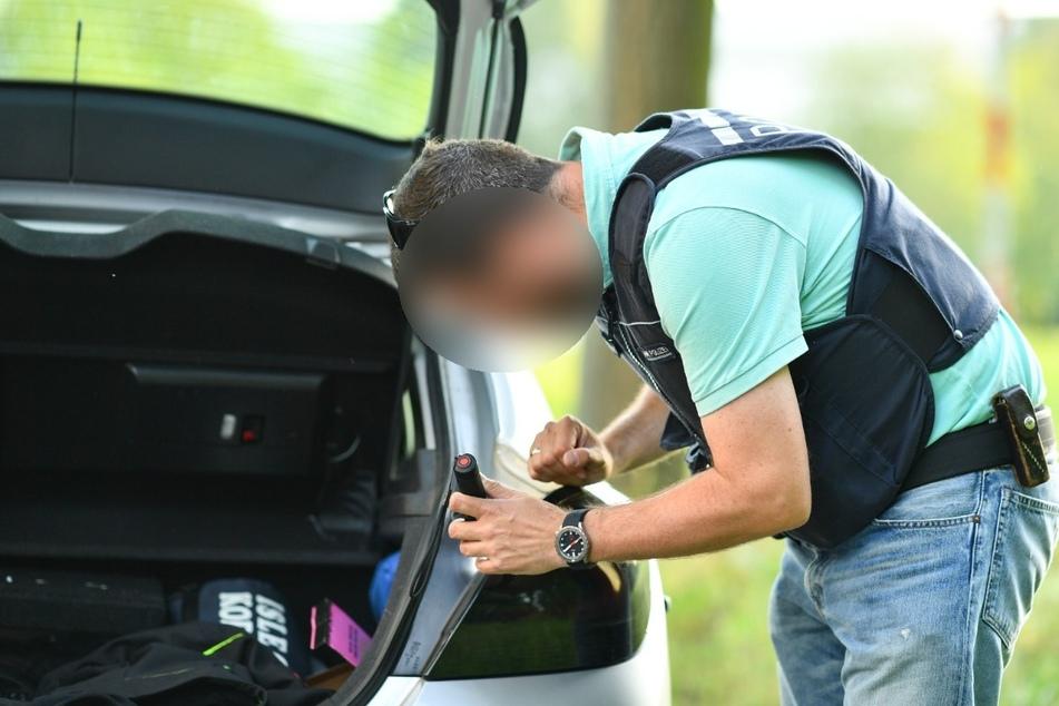 Weil er an einem fahrenden Auto das Rücklicht reparieren wollte, hat ein 38-Jähriger am einen Polizeieinsatz ausgelöst. Er kam mit einer Ermahnung davon. (Symbolfoto)