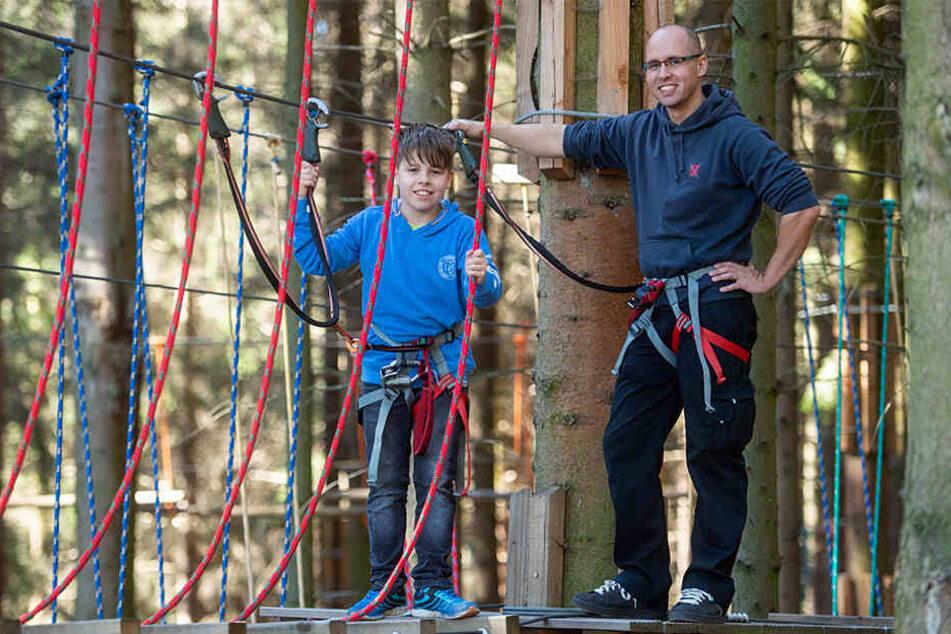 Familienspaß im Kletterwald: Lukas (11) und Papa Sebastian (36) auf der Anlage in Rabenstein.