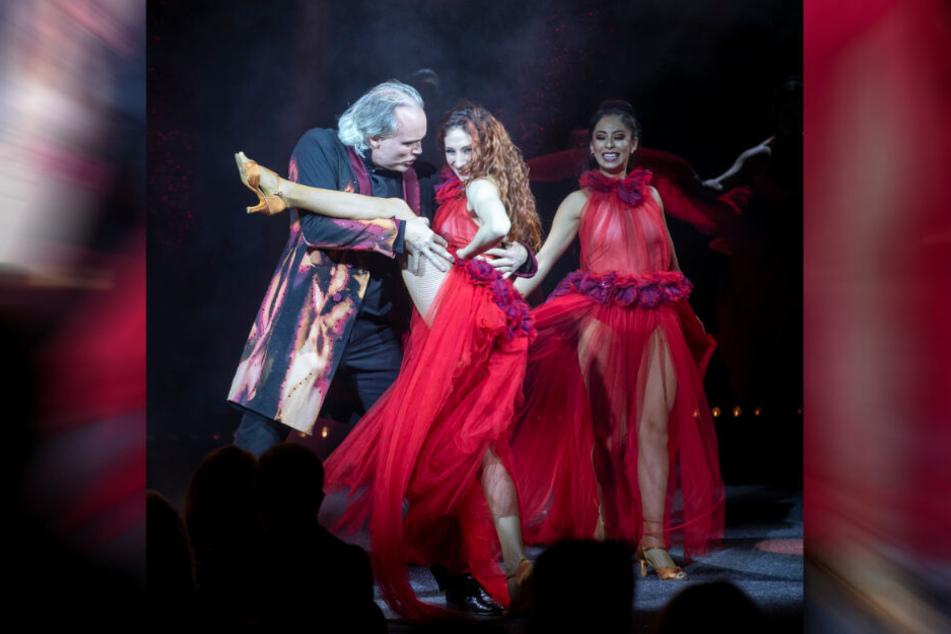 """Ladies in Red: Ganz in Rot gekleidet, eröffnen die """"Sarrasani Dancers"""" mit André Sarrasani die Show."""
