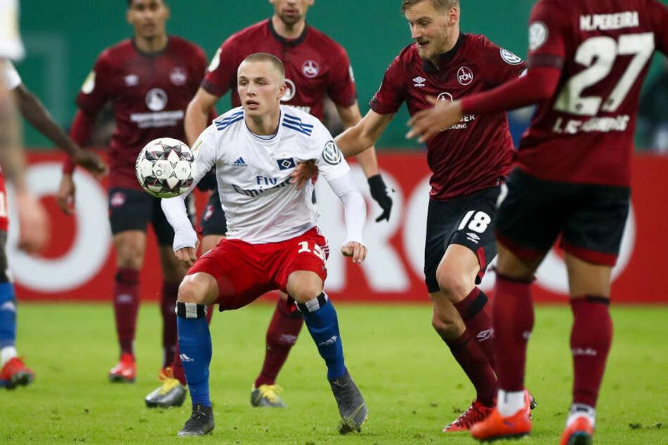 Fiete Arp hat beim Hamburger SV keinen leichten Stand. Im Pokal gegen Nürnberg durfte der Youngster mal wieder von Anfang an ran.
