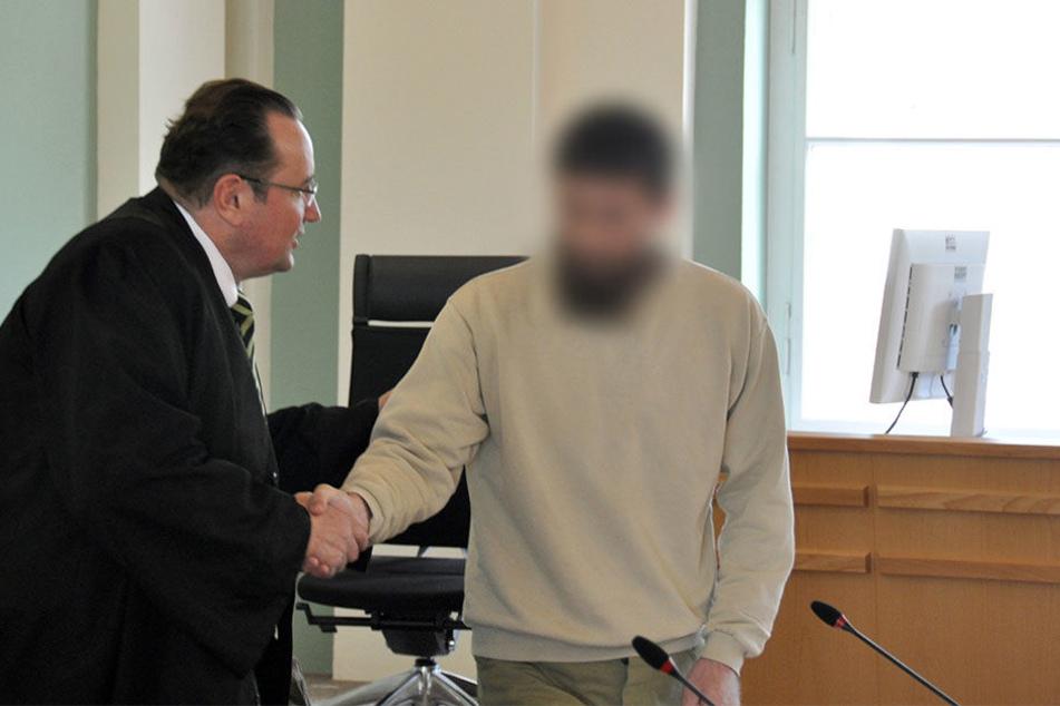 Der Angeklagte Rashid D. begrüßt seinen Verteidiger Klaus Kleemann im Landgericht Cottbus.