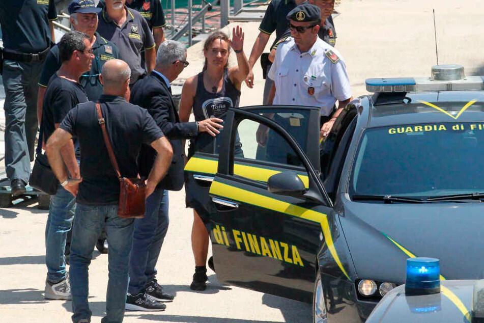 Kapitänin Carola Rackete wird in Italien von der Polizei zu ihrer Vernehmung gebracht.