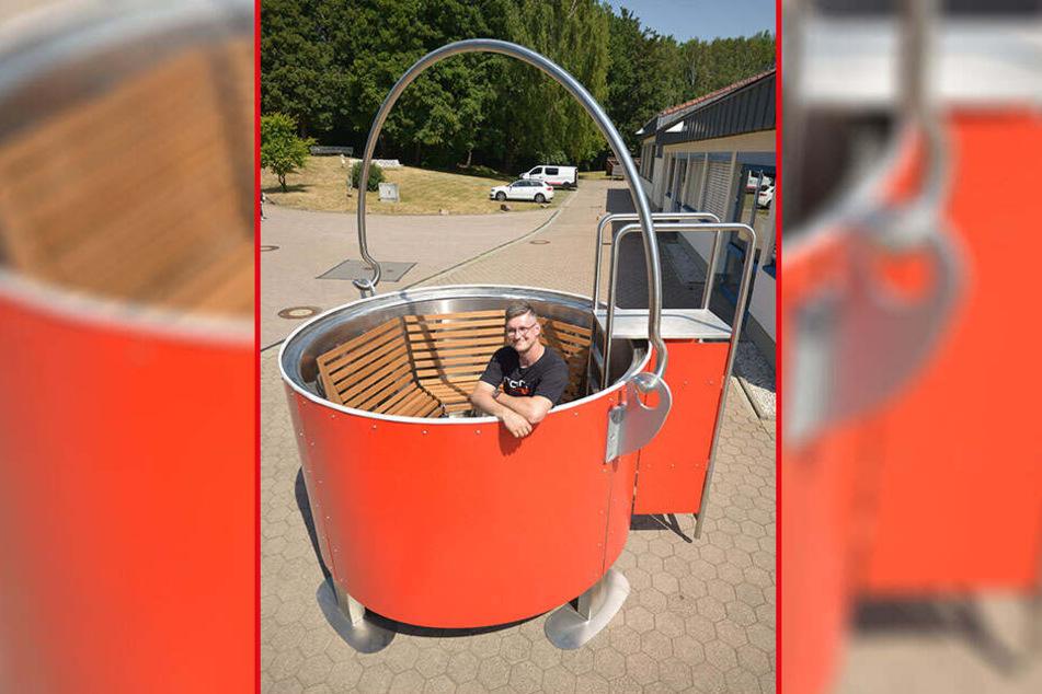 Metaller Norbert Mann (33) in seinem selbst gebauten Badezuber.