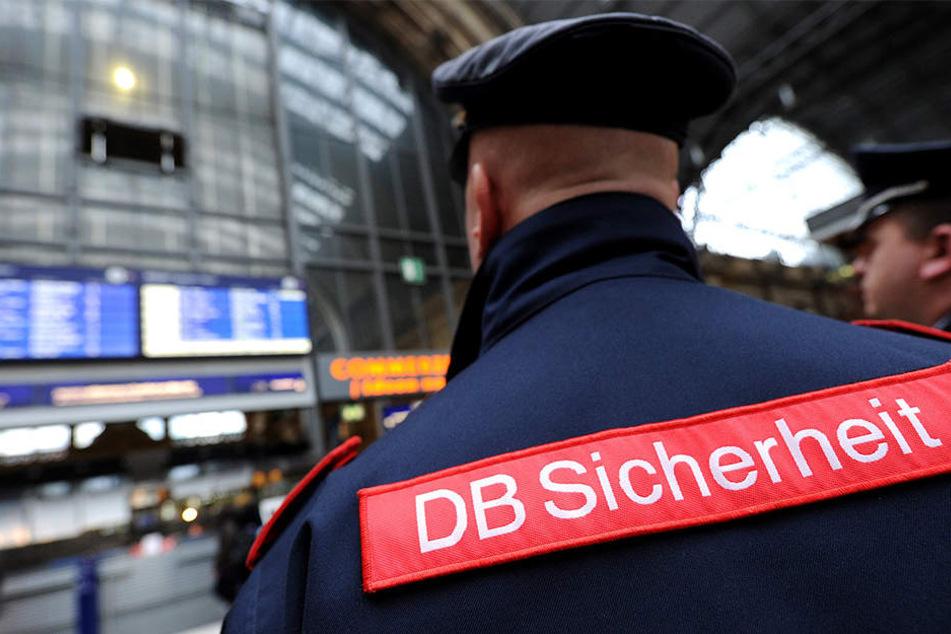 Ein betrunkener 42-Jähriger bedrohte und beleidigte zwei Sicherheitsleute der Deutschen Bahn im Hauptbahnhof Halle. (Synonym)