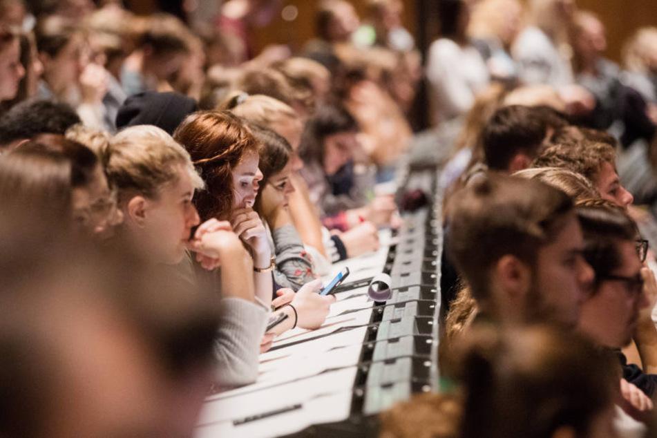 Die Hörsäle werden nicht nur von Abiturienten gefüllt. (Symbolbild)