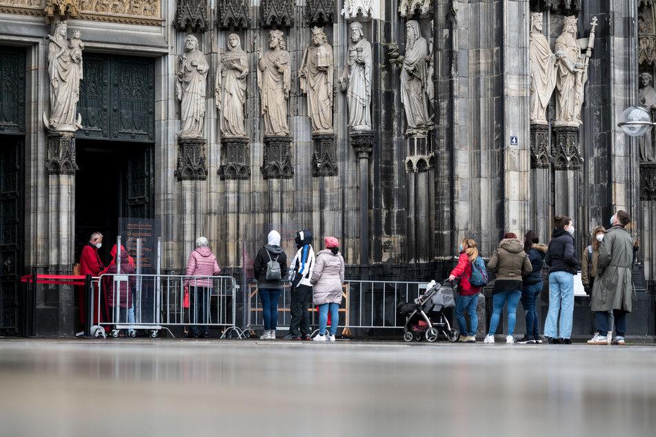 Wegen der aktuellen Corona-Entwicklung werden auch beim Kölner Dom die Lockerungen für Besucher wieder zurückgenommen. Betenden und Messe-Besuchern wird dennoch Einlass gewährt.