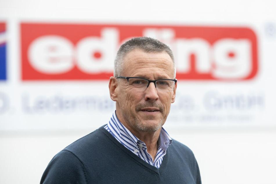 Werks-Chef Jörg Thomas Schimkus (57) im vollen Edding-Lager in Bautzen. Bald gehen die Vorräte gen Großbritannien.