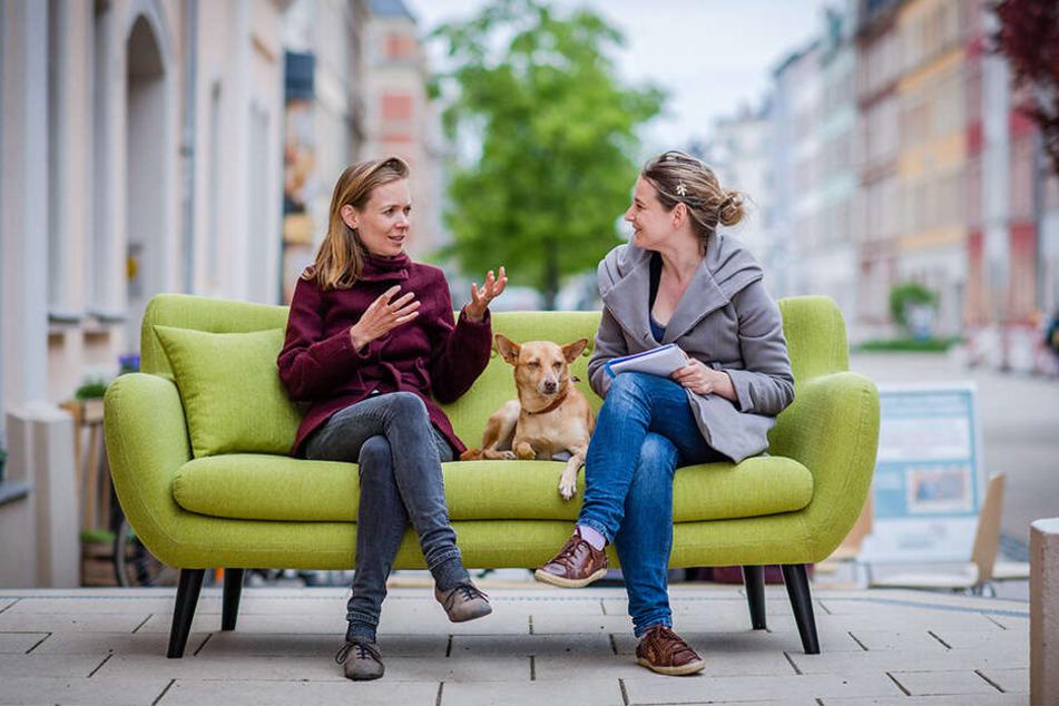 Interview auf dem grünen Sofa: Anna Cavazzini (36, Grüne), Kandidatin für das EU-Parlament (l.), im Gespräch mit MOPO-Redakteurin Julia Zube (mit Hund).