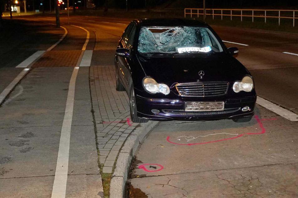 Der zertrümmerte Mercedes kam erst nach 100 Metern zum Stehen. Das Unfallopfer wurde 30 Meter mitgeschleift und scher verletzt.