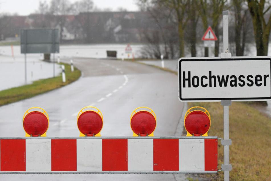 In Wörnitzostheim mussten Straßen wegen des Hochwassers gesperrt werden.
