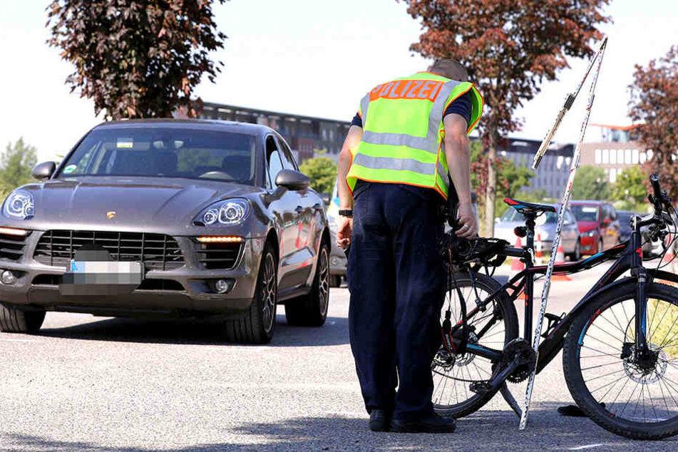 In Dresden-Mickten kam es zum Zusammenstoß von Radfahrerin und Porsche.
